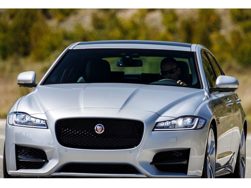 2016-Jaguar-XF-Review-26