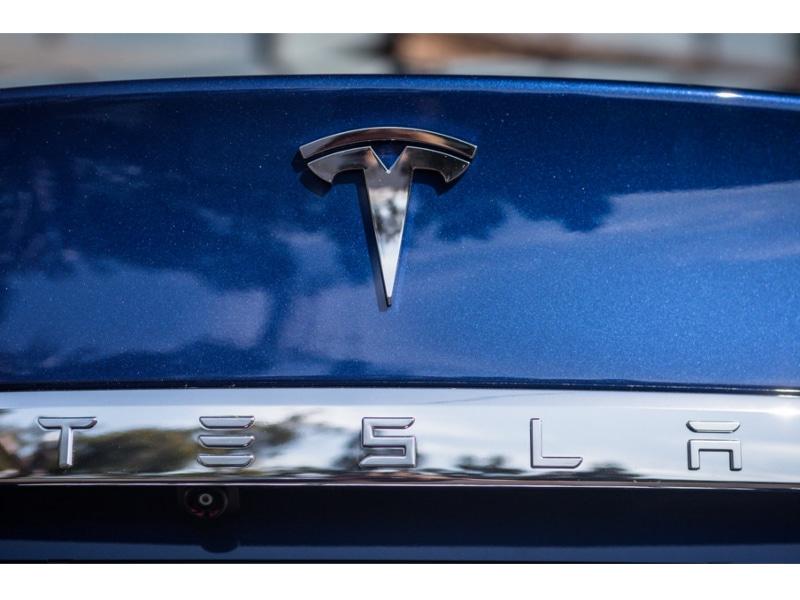 2016-Tesla-Model-S-75d-27